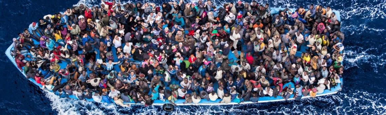 Nella foto: Operazione Mare Nostrum, salvataggio di naufraghi siriani a bordo di un peschereccio da parte della fregata FREMM Bergamini della Marina Militare al suo primo impiego in questo tipo di operazioni, 5 giugno 2014. © Massimo Sestini