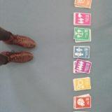 i dieci principi del commercio equoslidale esposti in classe sul pavimento